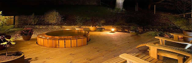 Northern lights-hot-tub-at-night